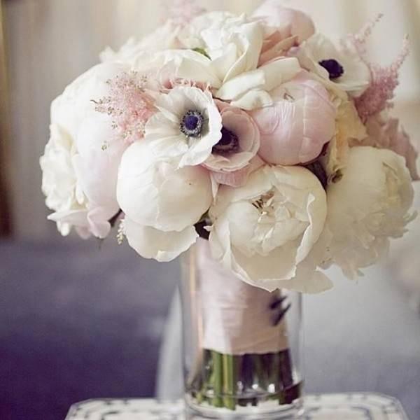 Свадебный букет из роз и пионов